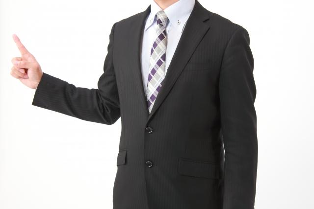 説明するスーツ姿の男性