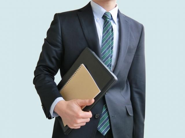 ビジネスモデル_ノートを持つビジネスマン
