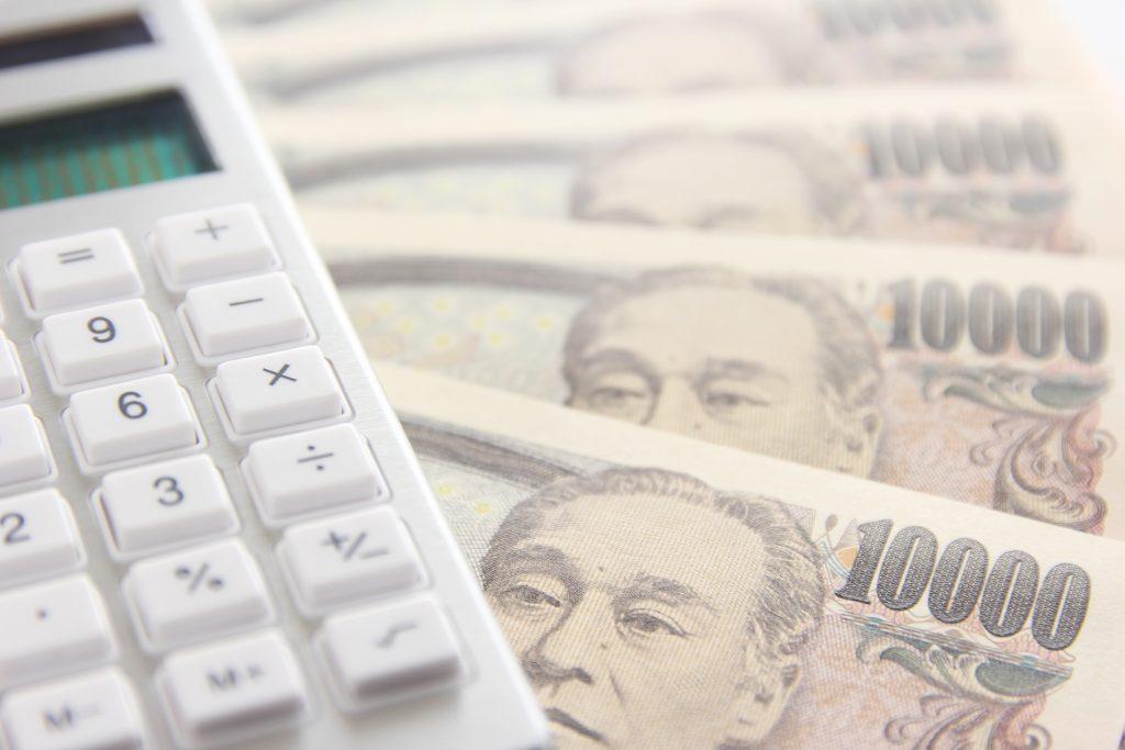 電卓と1万円札