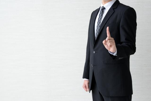 説明するスーツの男性