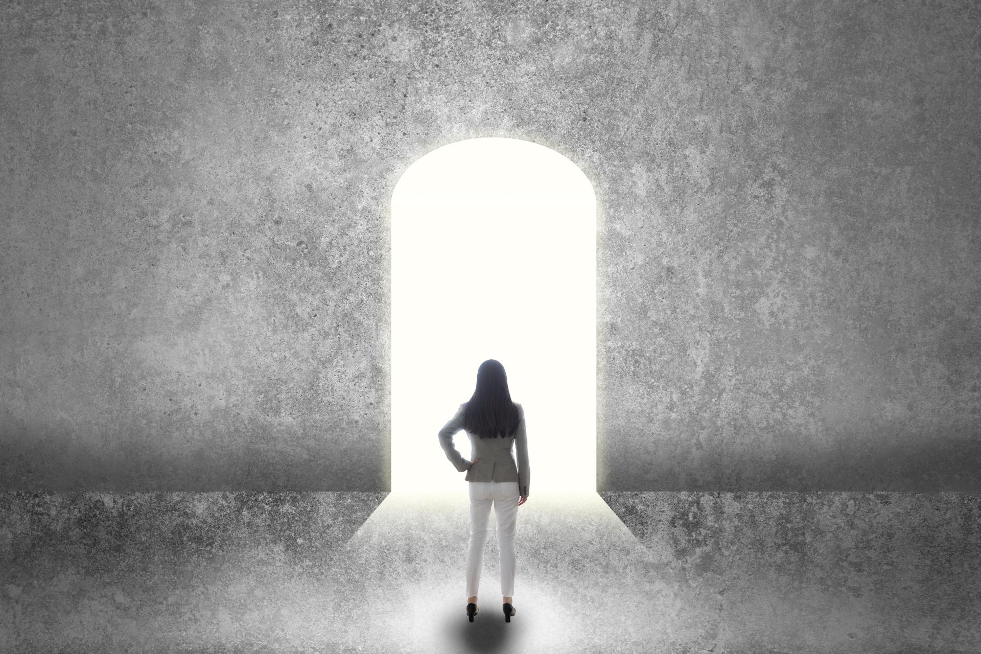 入り口に立つ女性