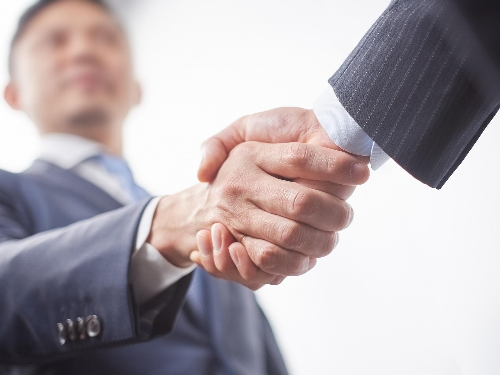 握手をする2人の男性